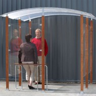 Estructura cubierta para fumadores para fijar contra una pared