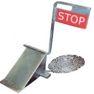 Calzo de rueda con cartel STOP